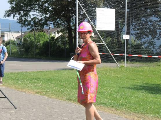 Schulleiterin Bettina Stade erhielt einen pinken Bauhelm.