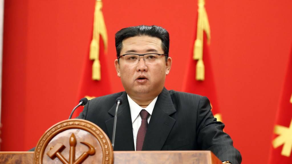 HANDOUT - Auf diesem von der staatlichen nordkoreanischen Nachrichtenagentur KCNA zur Verfügung gestellten Bild spricht Kim Jong Un, Machthaber von Nordkorea, bei einer Veranstaltung zur Feier des 76-jährigen Bestehens der Arbeiterpartei des Landes. Foto: -/KCNA /dpa