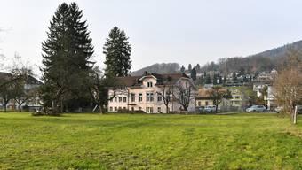 Die Spezialkommission Schulraumplanung favorisiert die Brunnerwiese für den Kindergarten-Ersatzbau. Im Hintergrund ist der bestehende Kindergarten zu sehen.