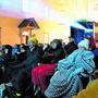 iEingemummelt in Decken und warme Winterkleider sassen am Samstagabend gegen 100 Filmfans im Murianer Klosterhof.