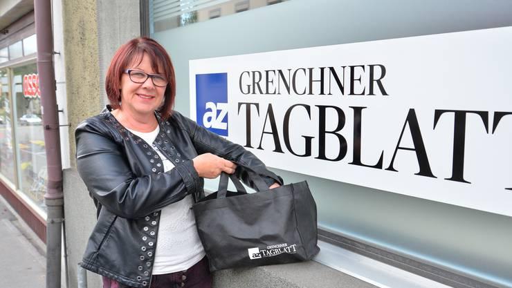 Unsere Glücksfee: Carmen Leimer vom Vorstand des Grenchner Gewerbeverbands zieht die drei glücklichen Gewinner.