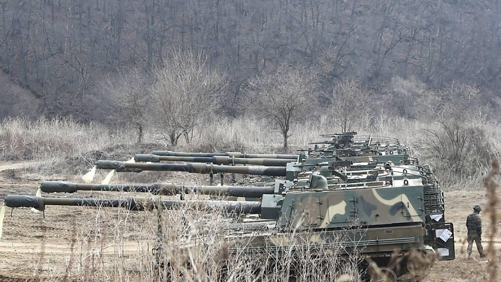 Panzerhaubitzen von Typ K9 Thunder fahren in der Nähe zur Grenze zwische Süd- und Nordkorea. Nordkorea hat nach Angaben des südkoreanischen Militärs im Rahmen eines neuen Waffentests anscheinend zwei Marschflugkörper abgefeuert. Foto: Ahn Young-Joon/AP/dpa