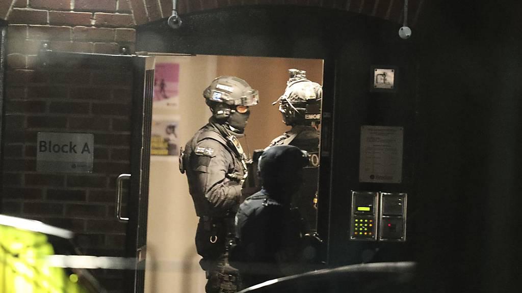 Bewaffnete Polizei rückte am Sonntagabend in Reading nahe London aus, um einen Messerstecher zu überwältigen, der drei Personen getötet und drei weitere Personen verletzt hat.