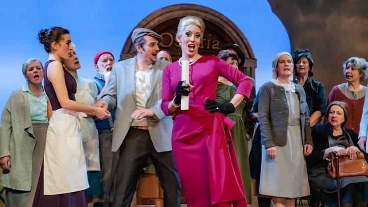 Andrea Hofstetter als Gräfin Carlotta (Bildmitte), links Wirt Benozzo (Reto Hofstetter) und dessen Frau Sora (Sophia Seemann).