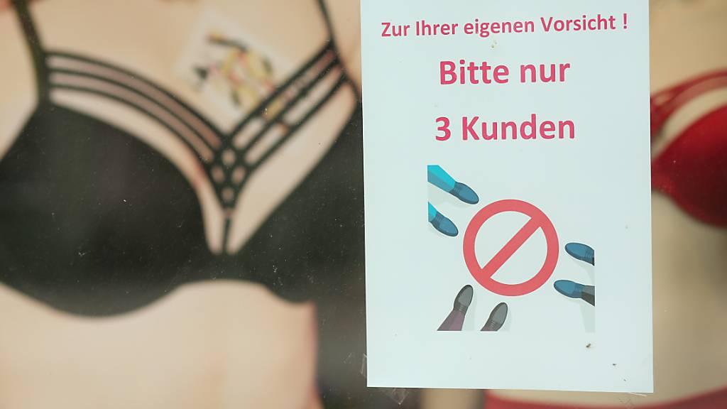 Die Kapazitätsbeschränkung in Geschäften sei aufzuheben, fordert die Schwyzer Regierung. (Symbolbild)