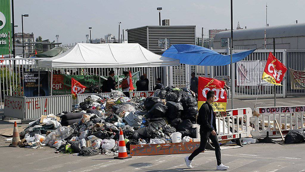 Müllberge in  Ivry Sur Seine in der Nähe von Paris: Auch die Müllabfuhr streikt.