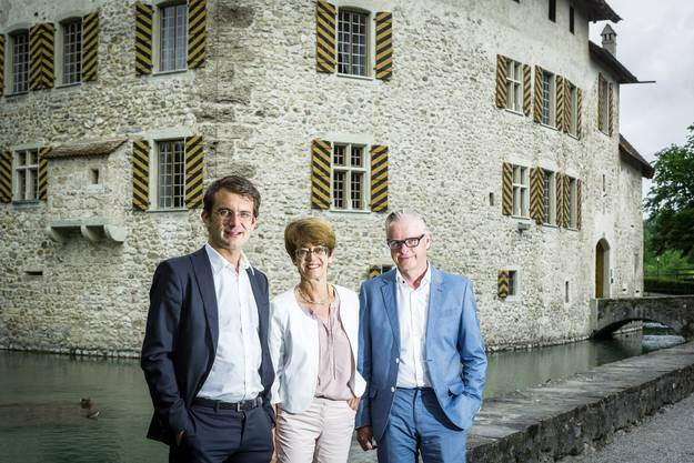 Christian Weidmann, Intendant argovia philharmonic (links) mit Esther Egger, Praesidentin Verein Schloss Hallwyl und Christoph Risi, Produktionsleiter Oper Schloss Hallwyl (rechts) vor dem Schloss Hallwyl. Aufgenommen am 9. August 2016.