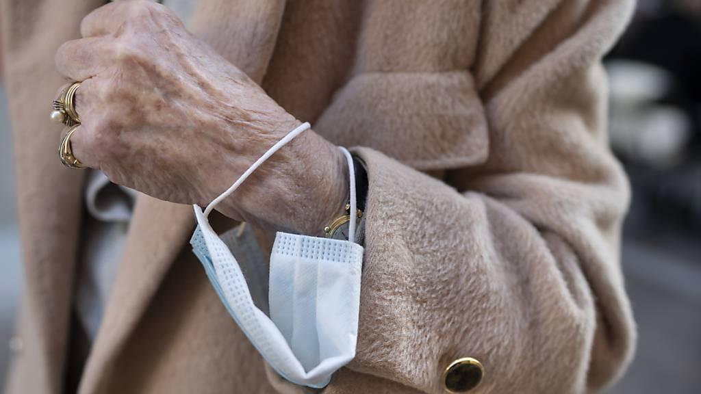 Eine Lockerung bei der Maskenpflicht könnte angesichts der positiven epidemiologischen Lage bald möglich sein. (Symbolbild)