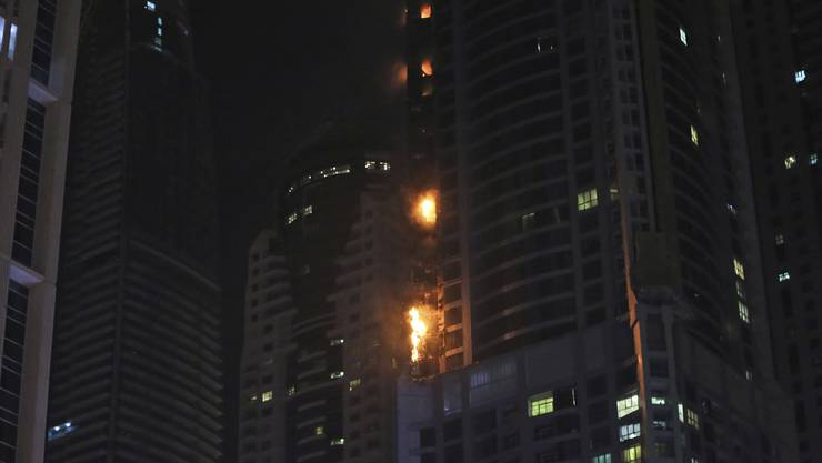 Das Hochhaus fing in der Nacht Feuer.