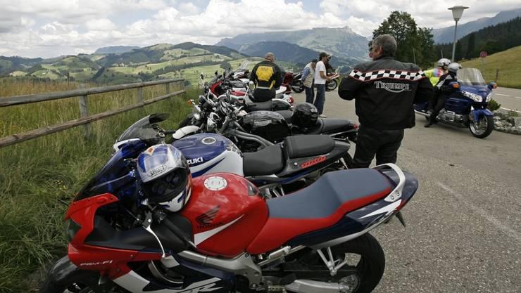 Wegen Coronavirus: Die Kantonspolizei Wallis appelliert an Motorradfahrer, auf Ausflüge zu verzichten. (Symbolbild)