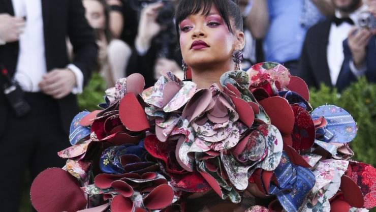 """Ausgefallener Dresscode: US-Sängerin Rihanna trägt zum """"Met Ball"""" ein Kleid der japanischen Designerin Rei Kawakubo."""