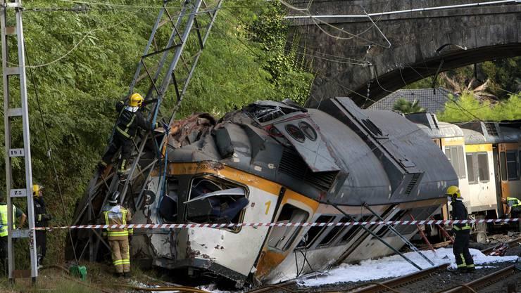 Beim Zugunglück in Spanien sind mindestens zwei Menschen umgekommen.