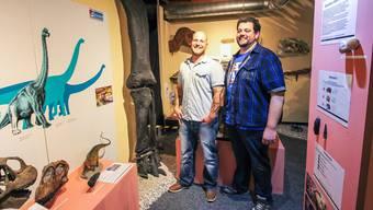 Museumsdirektor Stefan Frieden und Vizedirektor Jan Müller neben einemGaleamopus-Saurierbein, dem Prachtexemplar der neuen Ausstellung.