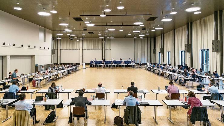 Gemeinde- und Einwohnerrat weihten den neuen Tägisaal ein – mit dem nötigen Abstand.