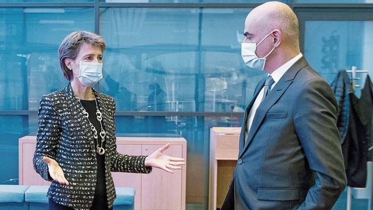 Wegen steigender Fallzahlen ergreift der Bundesrat schweizweite Massnahmen: Bundespräsidentin Simonetta Sommaruga und Gesundheitsminister Alain Berset vor der Medienkonferenz.
