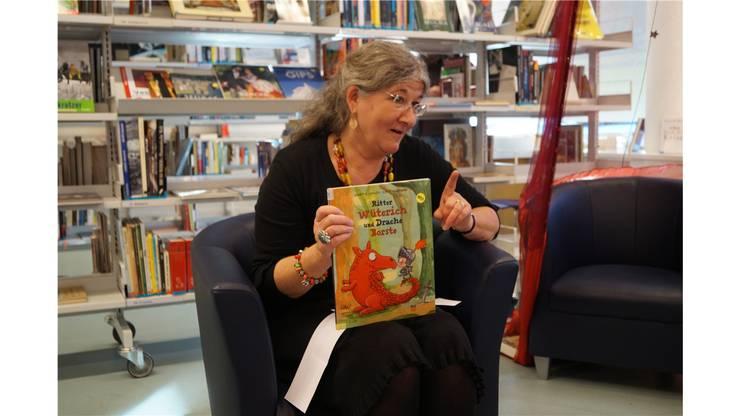 Monique Roth ist die Leiterin der Bibliothek und einmal im Monat Geschichtenerzählerin im Zelt.