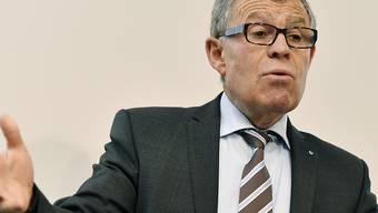 Finanzdirektor Ernst Stocker (SVP) fürchtet, dass das Volk am 27. September Ja zu den kantonalen Vorlagen sagt. Das Geld, das bei beiden Vorlagen verteilt werden solle, sei aber schlicht nicht vorhanden. (Archivbild)
