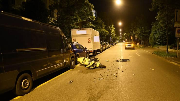 In der Gundeldingerstrasse stürzte am Sonntagabend ein Motorradfahrer. Sein Töff schlitterte anschliessend in ein vor ihm fahrendes Auto.