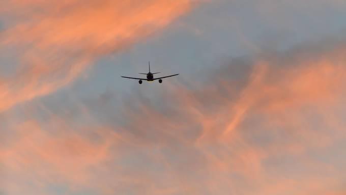Ab den 2030ern sollen im Nahverkehr erste Passagierflugzeuge mit hybriden Antrieben unterwegs sein. Bild: Plainpicture