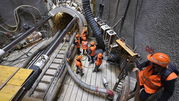 Besucher auf der Baustelle des Kabeltunnels für das künftige Stellwerk in Lausanne.
