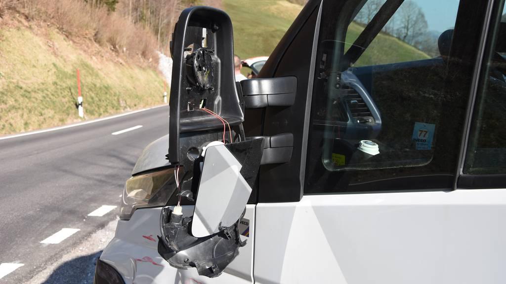 Ohne Führerschein: Autofahrer kracht in Lieferwagen