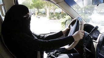 Das ging bislang nicht in Saudi-Arabien: Frauen hinterm Steuer. Nun hat der König das Landes den Frauen das Autofahren erlaubt. (Archiv)