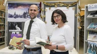 Fabian Perlini und Birgitta Aicher in der Bibliothek der PH Solothurn, wo derzeit Weihnachtsgeschichten ausgestellt sind.