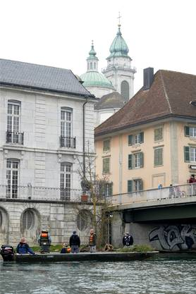 Der Solothurner Fischereiverein auf der Aare in Solothurn bei der Arbeit.