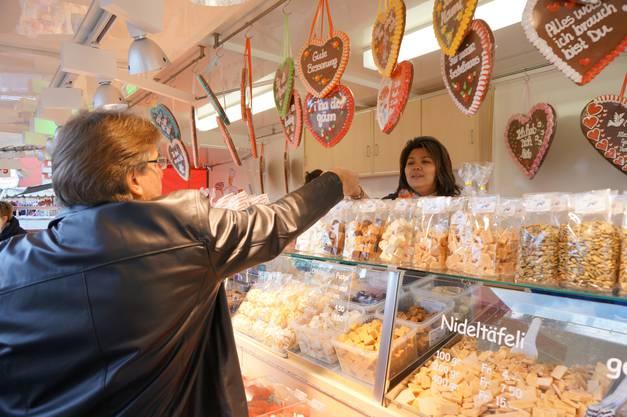 Thihue Leuthard verkauft Nidletaefeli und Lebkuchen an ihrem Stand