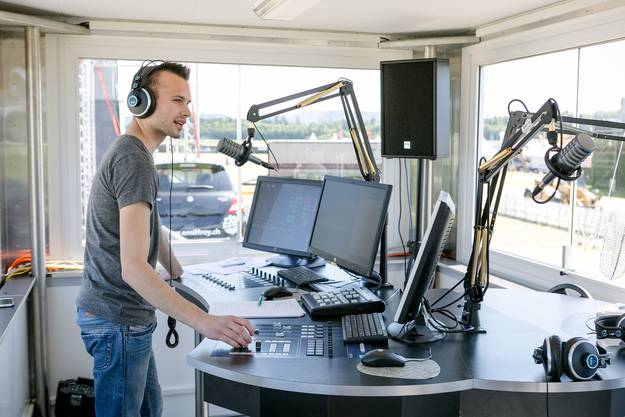 Radio-Argovia-Moderator André Sauser sendet live vom Birrfeld.