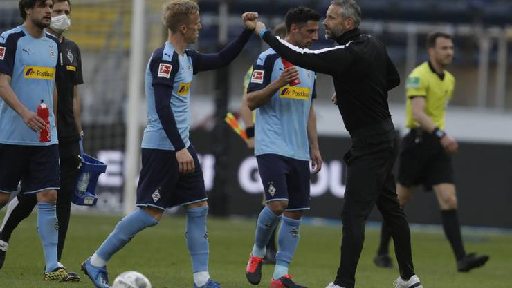 Gladbachs Trainer Marco Rose mit der Corona-konformen Wertschätzung für Verteidiger Oscar Wendt.