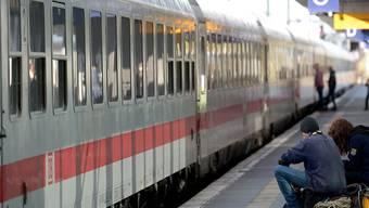 Wer öfter mit der Bahn nach Deutschland fährt, kennt das Problem. Die Deutsche Bahn ist chronisch unpünktlich. Mit Investitionen in die Bahnknotenpunkte soll sich das jetzt ändern. (Archiv)