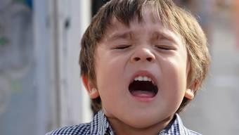 Gesundheit! Kinder haben vermutlich nicht nur eine geringere Virenlast bei Covid-19 - ebenso wichtig ist, dass sie die Coronaviren seltener durch husten oder niesen verbreiten.