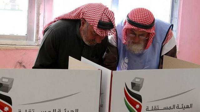 Jordanische Männer bei der Stimmabgabe