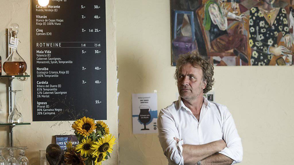 Alex Capus in seiner Galicia Bar in Olten, in der sein Buch «Das Leben ist gut» - der Jahresbestseller 2016 - spielt. (Archivbild)