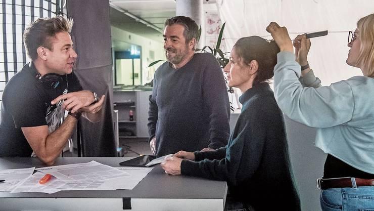 Dreh in der Redaktion der Luzerner Zeitung: Tom Gerber (links) spricht mit Stefan Gubser und Delia Mayer.