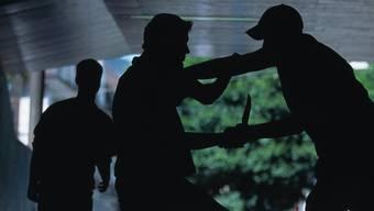 Zwei Unbekannte verprügelten in Zofingen eine Passantin (Symbolbild)