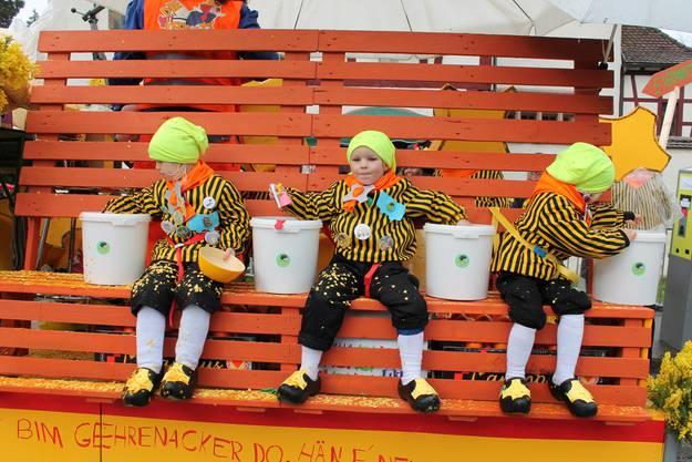 """Die drei Junioren-Aktiven der Makipas sitzen auf einem Bänkli, das baugleich ist wie diejenigen, die kürzlich auf dem """"Gelben Platz"""" im Gehrenacker-Quartier aufgestellt wurden."""