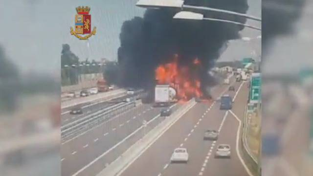 Riesiger Feuerball: Video zeigt Tanklaster-Explosion
