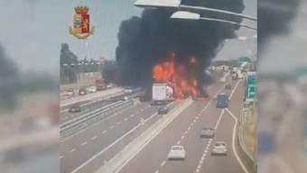 Das von der Polizei veröffentlichte Video zeigt die Tanklaster-Explosion und das Loch, das diese in die Fahrbahn gerissen hat.