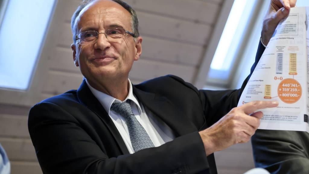Damien Piller, Präsident der Migros-Genossenschaft Neuenburg-Freiburg, beteuert am Montag in Freiburg vor den Medien seine Unschuld.