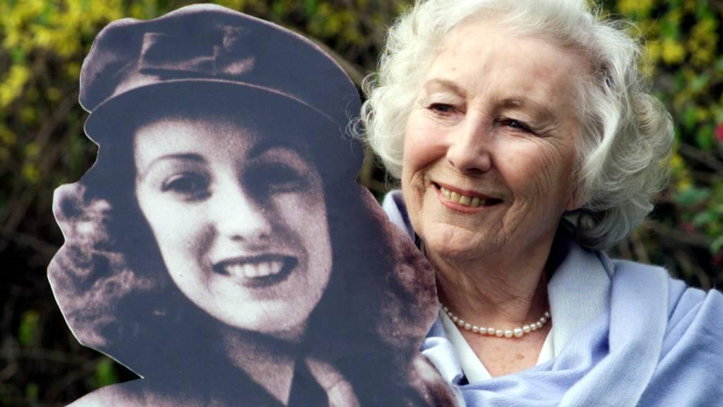 ARCHIV - Die frühere britische Schlagersängerin Vera Lynn steht im Garten des Hotels Savoy, nachdem sie in der landesweiten Umfrage zur Persönlichkeit des Jahrhunderts ernannt wurde. Lynn ist im Alter von 103 Jahren gestorben. Foto: Sean Dempsey/PA Wire/dpa