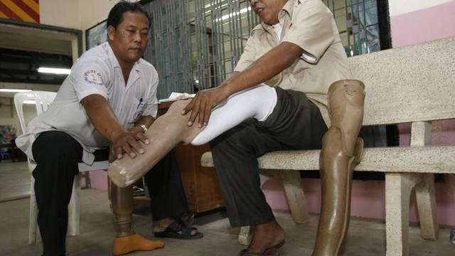 Ein Landminen-Opfer montiert eine Prothese in einem kambodschanischen Rehabilitationszenter (Archiv)
