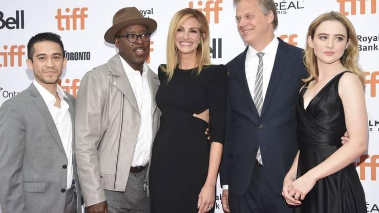 """Julia Roberts (Mitte) spielt im Film """"Ben Is Back"""" die Mutter eines drogenabhängigen Teenagers. Regie führt Peter Hedges (2. von rechts). (Archiv)"""
