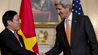 Vietnam-Veteran Kerry mit Aussenminister Pham Binh Minh aus Hanoi