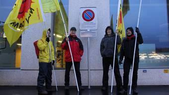 AKW-Gegner vor dem Verbotsschild beim Ensi in Brugg.