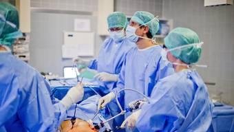 Sitzt ein Chefarzt in der Geschäftsleitung eines Aargauer Kantonsspitals, müssen seine Bezüge dafür ab 2014 offengelegt werden.