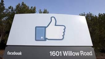 Tafel beim Facebook-Hauptsitz im kalifornischen Menlo Park (Archiv)