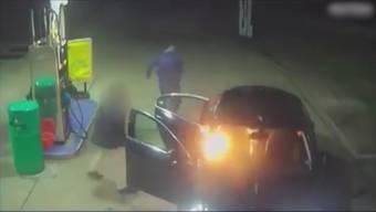 Dieses Überwachungsvideo hat die beiden Brandstifter überführt.