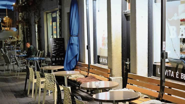 «La vita è bella», heisst es an den Fenstern der fast menschenleeren Bar Soletta: Ein Motto, das auch in Zeiten der Corona-Krise hochgehalten werden sollte.